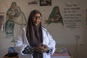 Verpleegkundige Iftin Yusuf Mohamed in een moeder- en kindkliniek in Yaka, Puntland (Somalië)