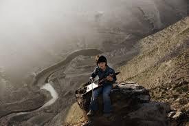 Aan Syrië denken maakt Ali verdrietig. Hij is verdrietig om zijn neef, die drie weken geleden in zijn rug is geschoten en daardoor is gestorven. Muziek maken heeft een helende werking op hem. Hij neemt zijn luit mee naar de vallei en speelt daar terwijl hij ervan droomt om aan de andere kant van de vallei te zijn.. Terug naar huis in Syrië. &nbsp;<a href=