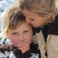 Duha (6) en Rahimah (4) zijn met hun ouders uit Syrië gevlucht. Sindsdien wonen zij in een zelfgemaakte hut in de Beeka vallei in Libanon. <a href=