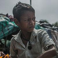 Ahmad (7 jaar) woont in een sloppenwijk in Kolkota, India. Hij verkoopt samen met zijn broers Chattu (13) en Fatakesto (8) waterijsjes op het treinperron en zwerft de hele dag op straat. <a href=
