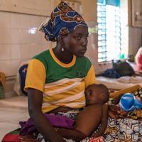 Hassana, een meisje van 10 maanden uit Niger, is zwaar ondervoed. Ze wordt in ons ziekenhuis in de regio Maradi behandeld.<a href=