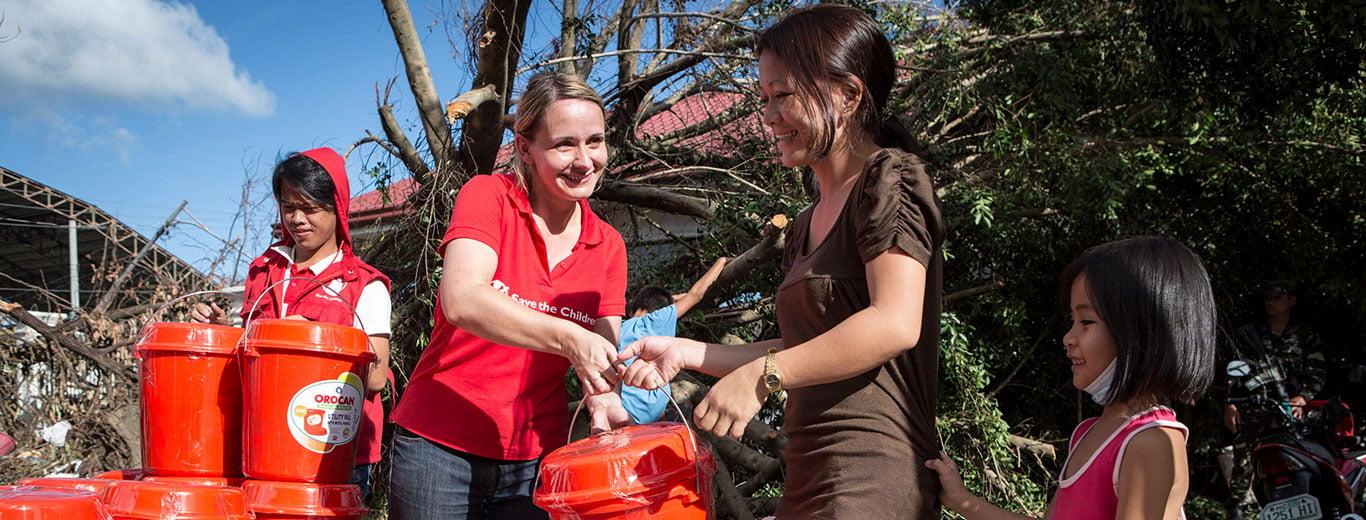 Save the Children Nederland zendt geen personeel (betaald of vrijwillig) uit naar haar programma's. Wij werken met lokale medewerkers.<br /> <br /> Wil je graag een bijdrage leveren in het buitenland? Kijk dan op onze<a href=