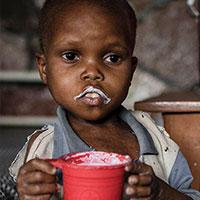 De 6-jarige Fabrice uit de Democratische Republiek Congo was zwaar ondervoed. Zijn moeder zag met lede ogen aan hoe zijn ledematen extreem dun werden, zijn eetlust verdween en hij op een gegeven moment zelfs geen voedsel meer binnenhield. <a href=
